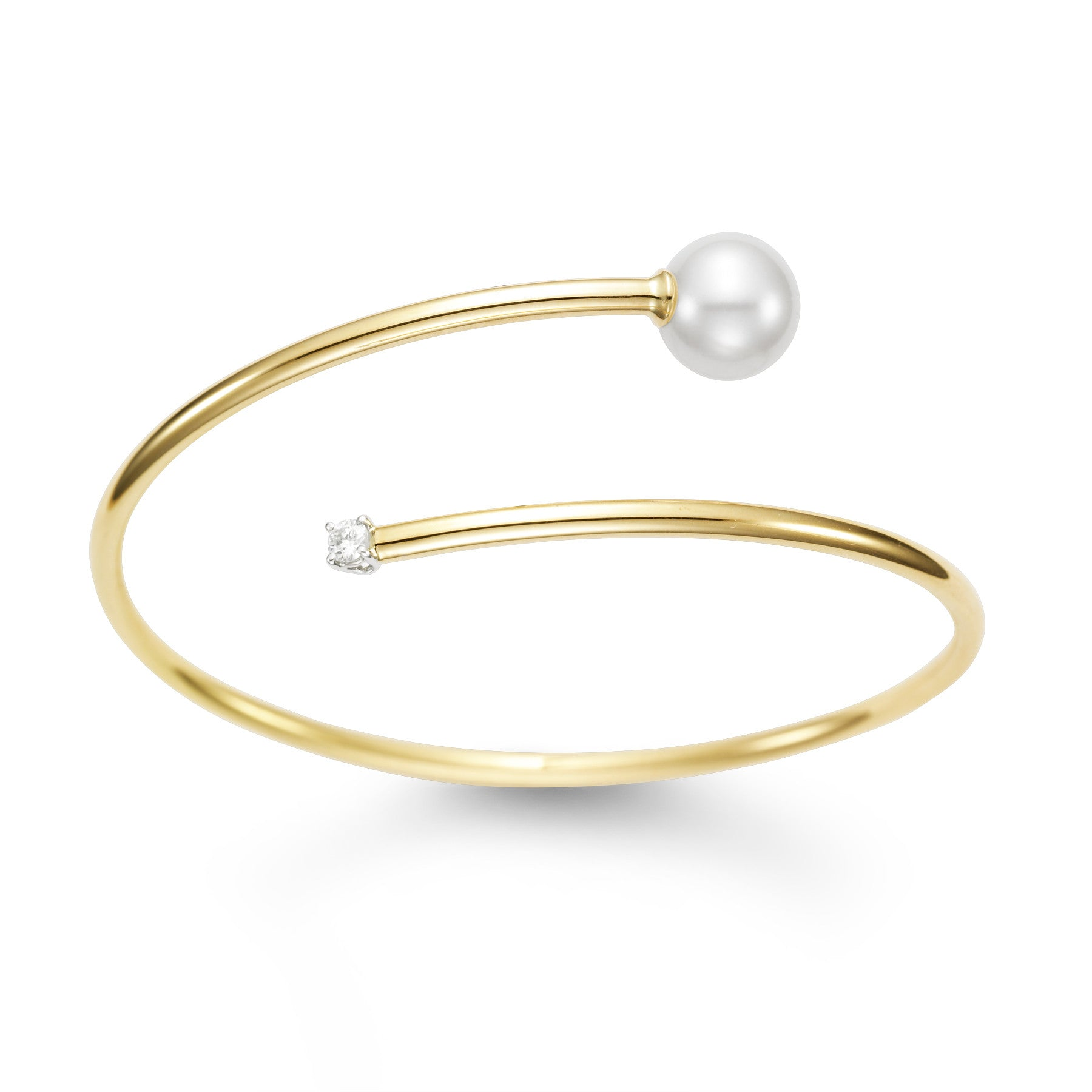 Lovely 18k yellow gold bracelet with Pearl and diamond accent.