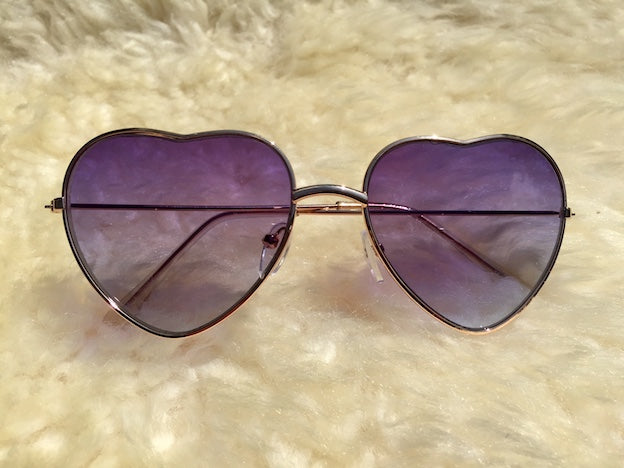 You're a queen and these rockin' heart shaped Queen Of Hearts sunglasses are a perfect fit. Purple ombre lenses and UVA/UVB protection.