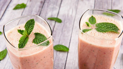 immunity boost juice recipe blogpost strawberry, kiwi and mint smoothie