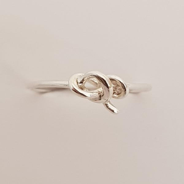 Thin sterling silver wire has been used to make this ring band and tied into a knot to give you the finished style.
