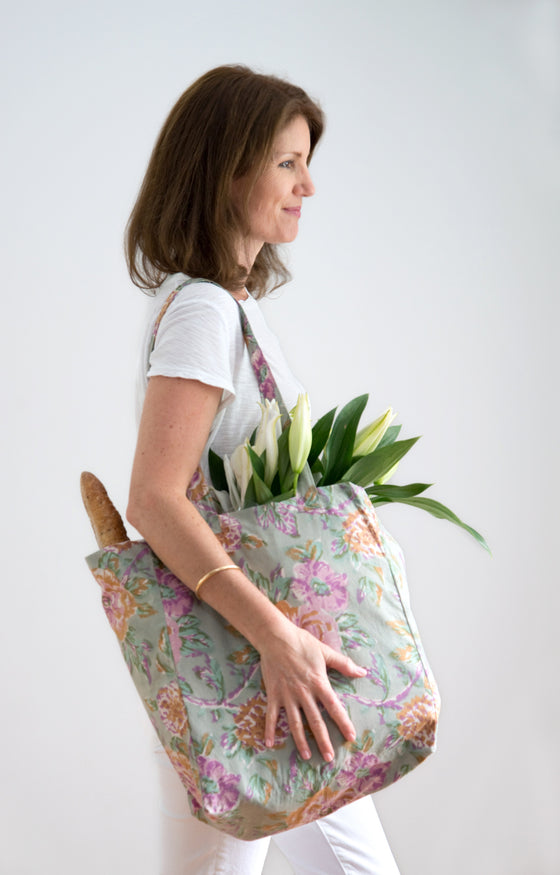 Shopper in Vintage Roses