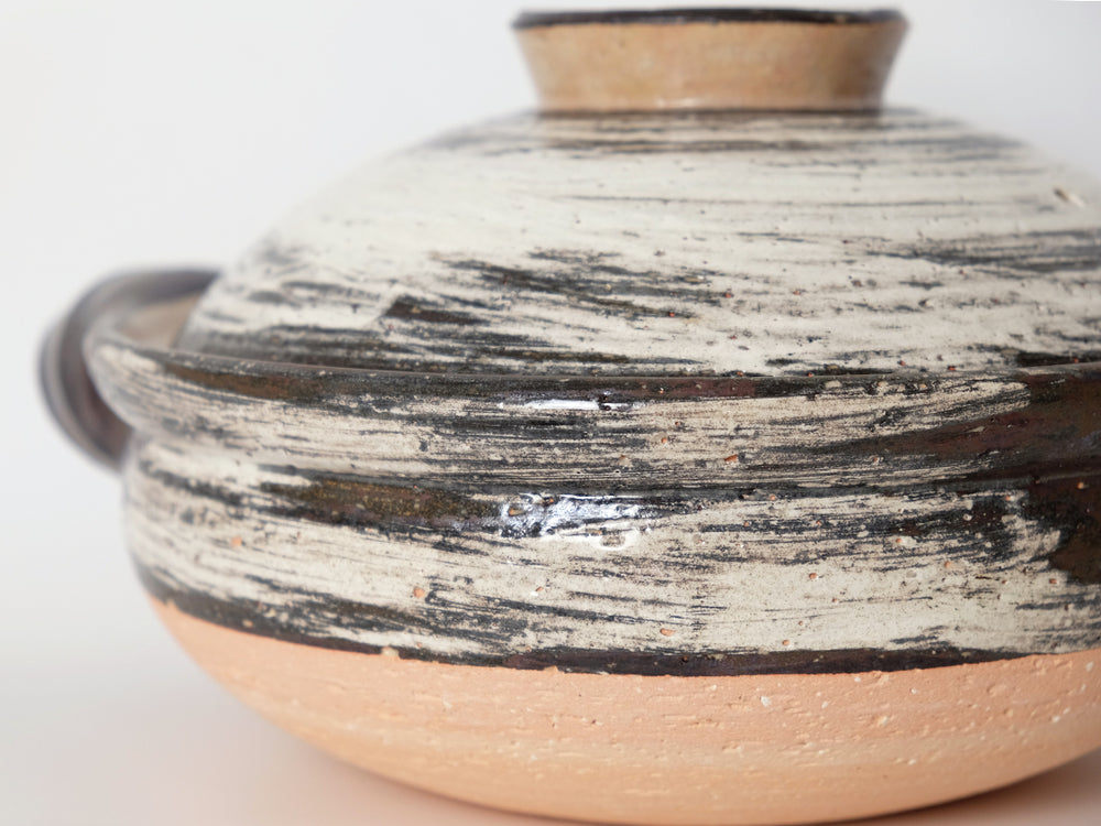 Load image into Gallery viewer, Medium Hakeme Design Donabe Clay Cooking Pot by Nagatani-en