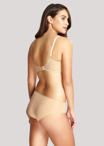 Model in Panache Tango Light Nude Setje