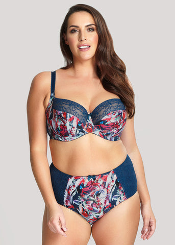 Model in sculptresse chi chi teal floral setje