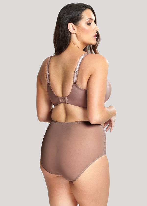 Model in Sculptresse Chi Chi High Waisted Broekje Cappuccino