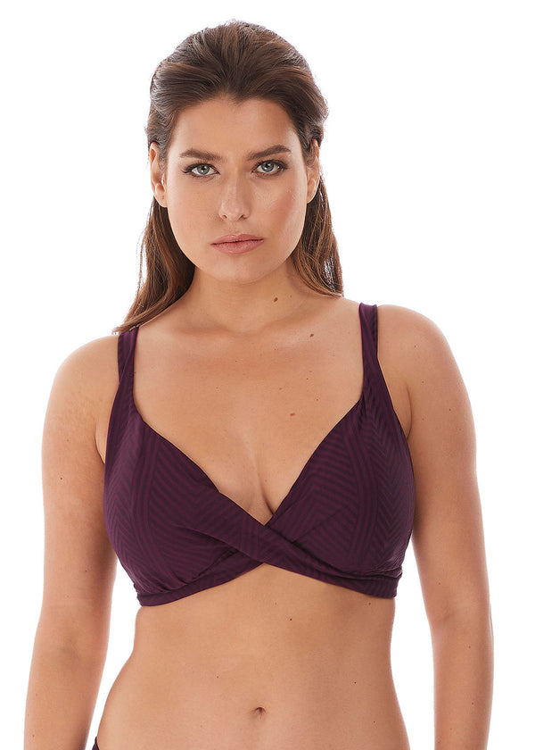 Model in Fantasie Long Island Plunge Bikini Top Vino voorzijde