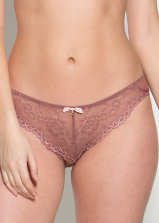 Model in Gossard Superboost Cinder Rose setje voorzijde