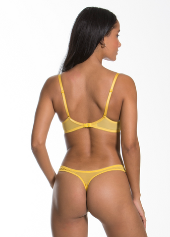 Model in Gossard Superboost Lace Spicy Mustard setje voorzijde