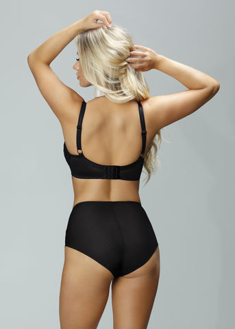 Model in Nessa Paris High Waisted Broekje Zwart