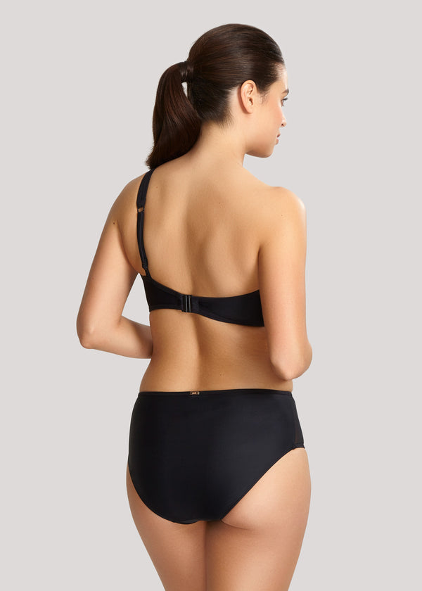 Model in Panache Onyx One Shoulder Bikini Zwart achterzijde