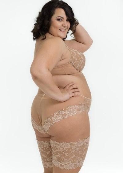 Model in Ewa Michalak Nougat setje medium nude