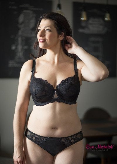 Model in Ewa Michalak BM Tulipan Balconette BH Zwart