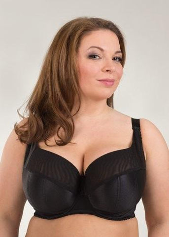 Model in Ewa Michalak SF Black Pearl Balconette BH Zwart