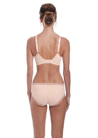 Model in Fantasie Fusion Broekje Blush