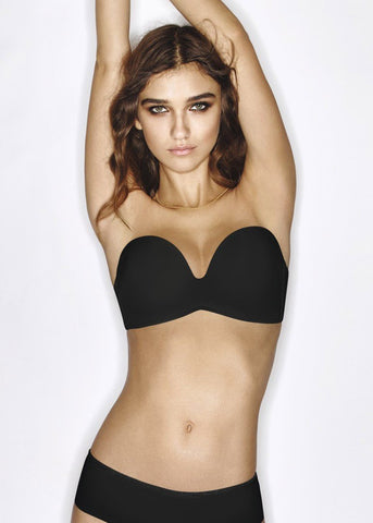 Model in Wonderbra Ultimate Strapless Zwart