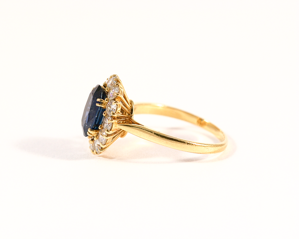 Bague entourage or jaune, saphir et diamants