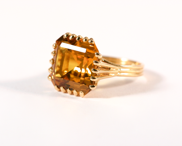GM261-4 ICYMI Bague or jaune monture godronnée sertie d'une citrine carrée à pans coupés sur 20 griffes / Gold and square cut citrine vintage antique ring