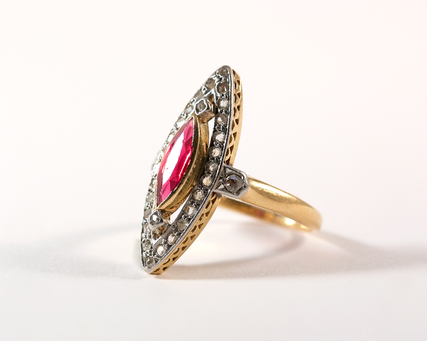 Bague marquise or jaune, rubis et diamants - 1909
