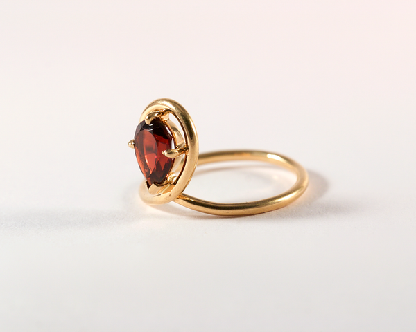 GM392-1 ICYMI Bague or jaune fil grenat taille poire - Gold and pearshaped garnet ring