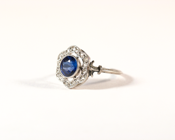 GM403 ICYMI Bague fleur ancienne platine, diamants et pierre bleue - Vintage antique platinum, diamond and blue stone flower ring