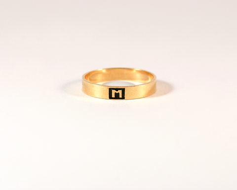 GM424-6 ICYMI Alliance anneau en or jaune monogrammée « M » sur émail noir - Gold wedding band
