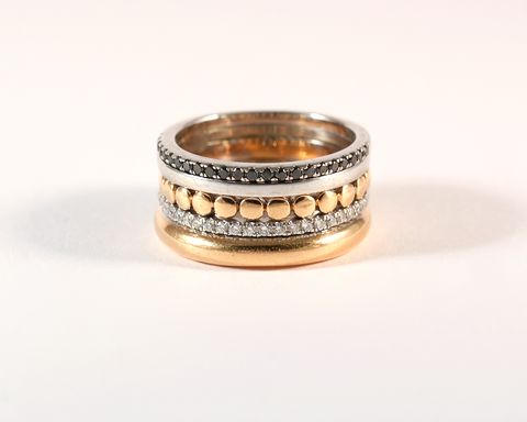 GM517-5 ICYMI Bague cinq anneaux différents diamants blancs et noirs - Gold and white and black diamonds five band ring