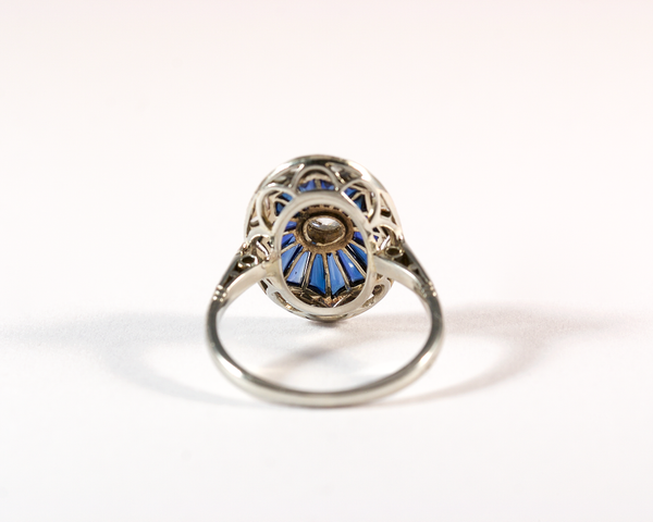 GM549 ICYMI Bague ovale ancienne or gris diamant et pierres bleues calibrées - Gold diamond and blue stone vintage antique ring