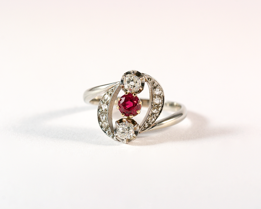 GM570 ICYMI Bague ancienne or gris diamant taille ancienne et rubis - Vintage antique three stones ring diamond and ruby