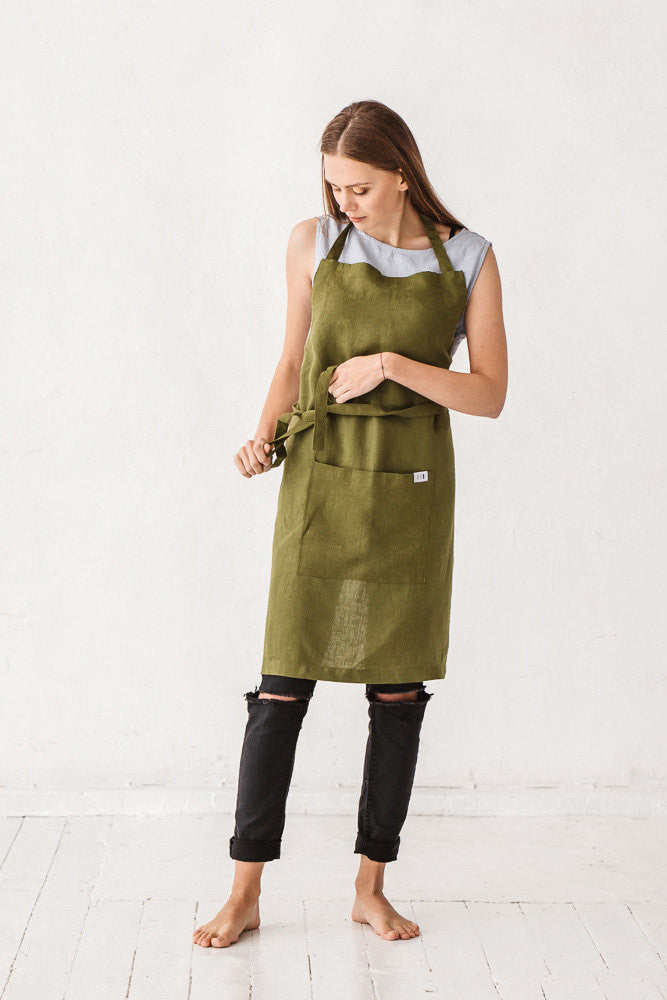 The Raven linen apron with pocket (moss green)