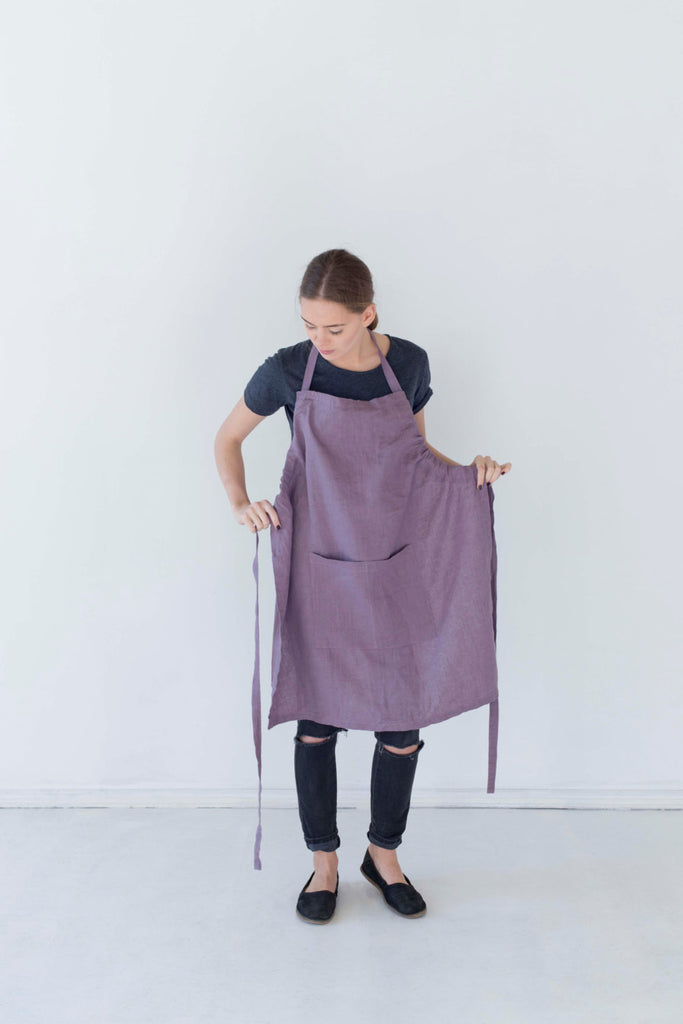 The Raven linen apron with pocket (dusty lavender)
