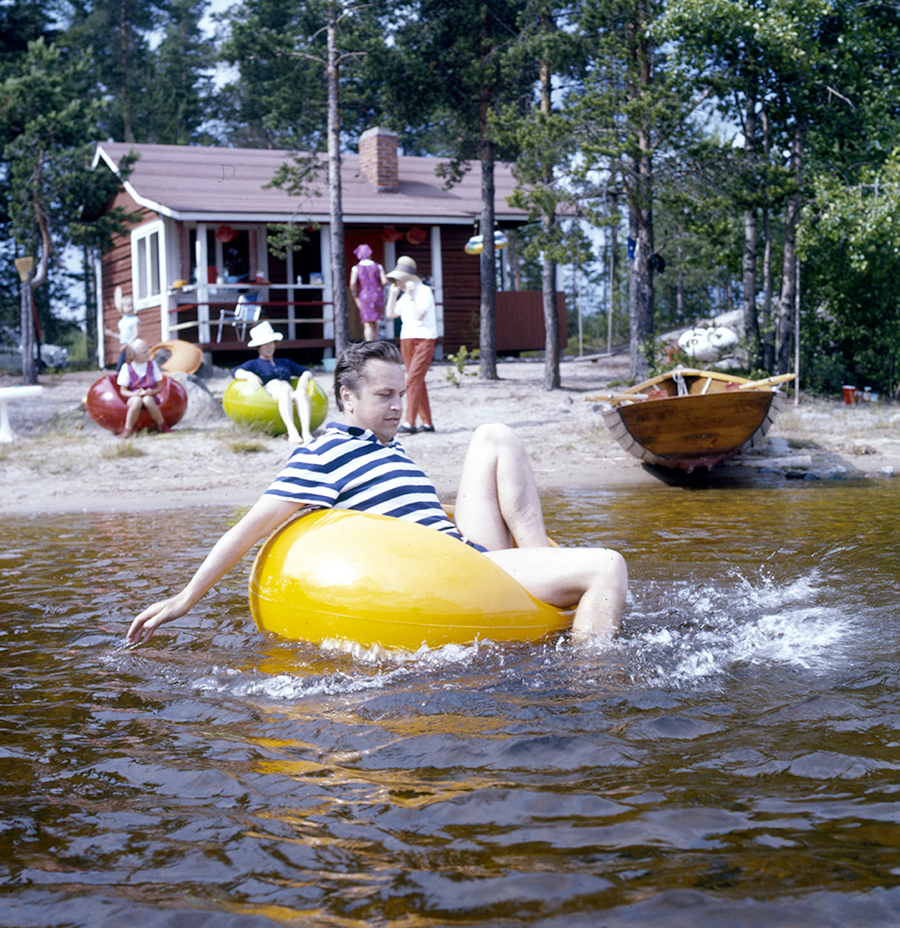 Eero playing with the Pastil (1967) on water