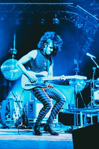 lonny eagleton on stage wearing hyperdrive meggings