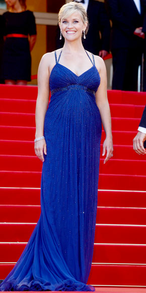Reese Witherspoon looked gorgeous in royal blue Atelier Versace