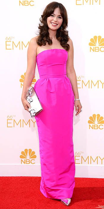 Zooey Deschanel's hot pink column Oscar de la Renta number was glamorous, chic and complimented her love of all things retro.