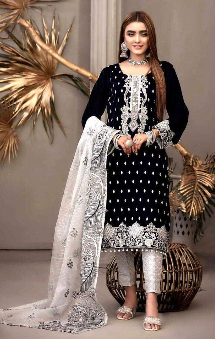 Maria A1 Black-Embroided 3pc Lawn Dress With Embroidered Organza Dupatta.