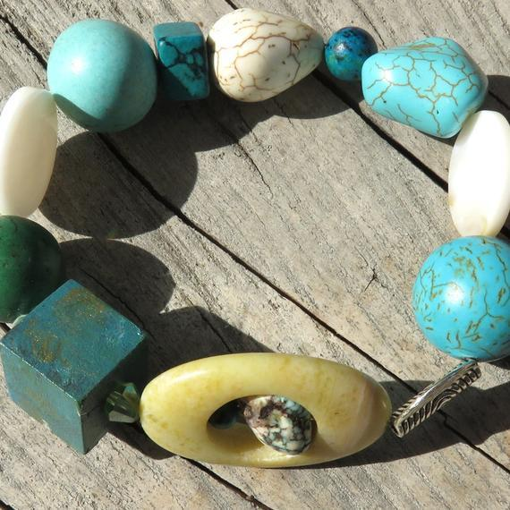Bracelet with Semi Precious stones: Turquoise Howlite, Mother of Pearl, Silver, Pine Wood. - All Therapeutic