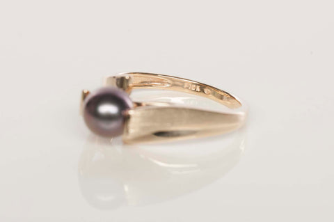 Ladies 10K Gold and Black Pearl Ring