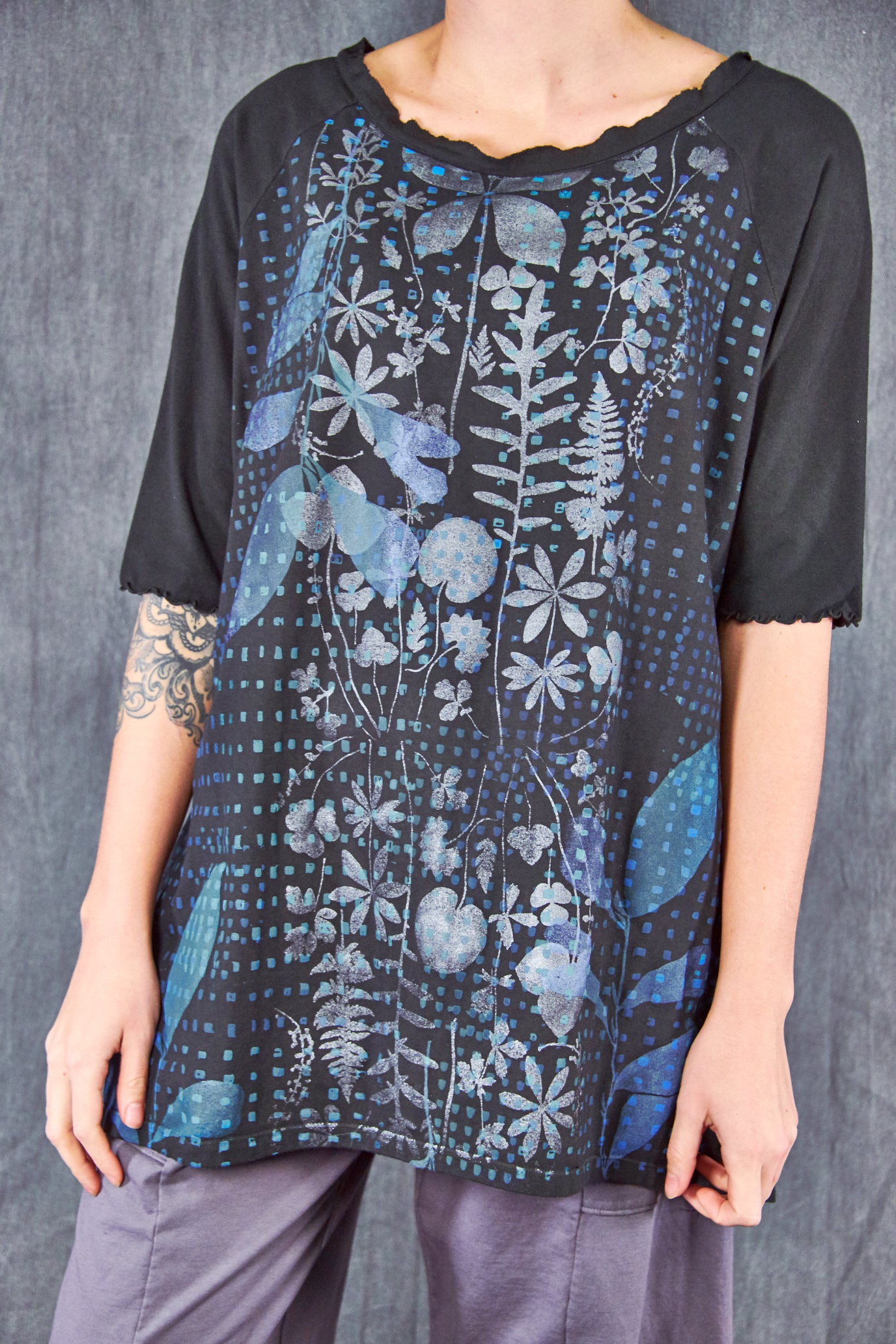2139 Tree of Life Top Black Pewter Blue Botanic-P