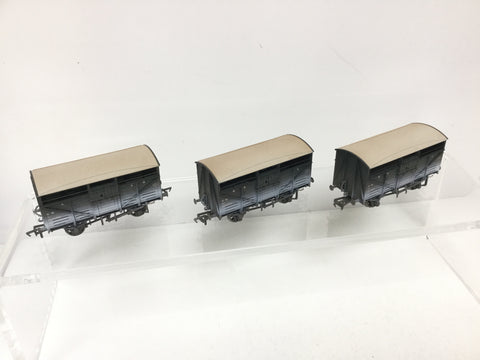 Bachmann 37-711Z OO Gauge GWR Cattle Wagon Triple Pack Weathered