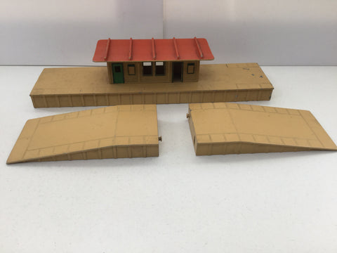 Hornby Dublo OO Gauge Island Station with Platform