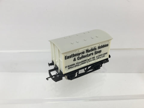 Hornby R040 OO Gauge Eastbourne Models Vent Van w Tail Light