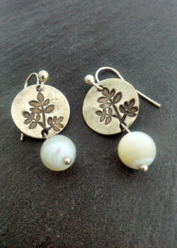 Pearls and leaves - silver earrings - Carline Perulla