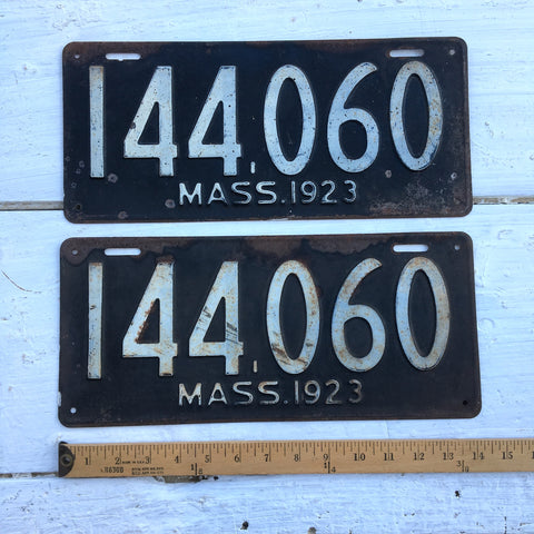 1923 Massachusetts license plates - a pair - 144060