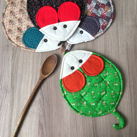 Quilted mouse potholder - vintage 1970s handmade kitchen linens