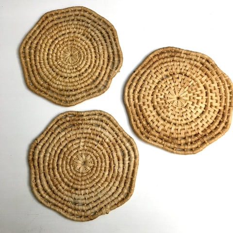 Scalloped edge raffia trivets - set of 3 - 1970s vintage