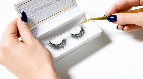 Removing lashes from the tray