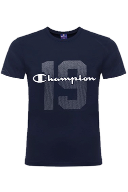 Custom fit t-shirt fra Champion med logotryk design over brystet i mørkeblå
