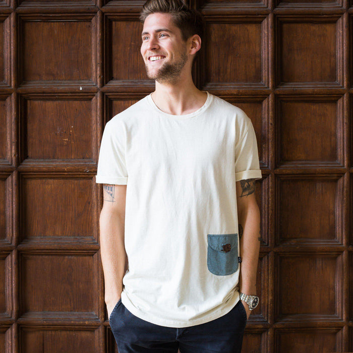 Hier ist ein/e T-Shirt mit dem Namen Classic Pocket von The URA Collective. The URA Collective ist eine neue, aufstrebende und unbekannte Marken, die ihre Produkte im New Hand Shop anbietet.