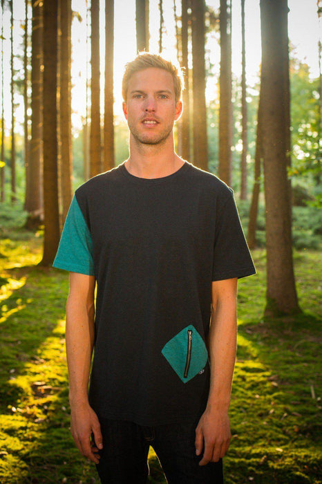 Hier ist ein/e T-Shirt mit dem Namen Diamond Pocket von The URA Collective. The URA Collective ist eine neue, aufstrebende und unbekannte Marken, die ihre Produkte im New Hand Shop anbietet.