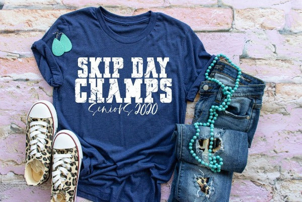 "1) Short sleeve shirt ""Skip Day Champs Seniors 2020'"" (accessories in the photo are not included)"
